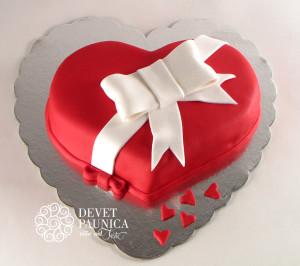 Crveno srce sa belom mašnicom