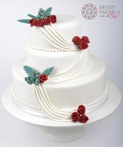 Mladenačka bela torta sa bordo ružicama