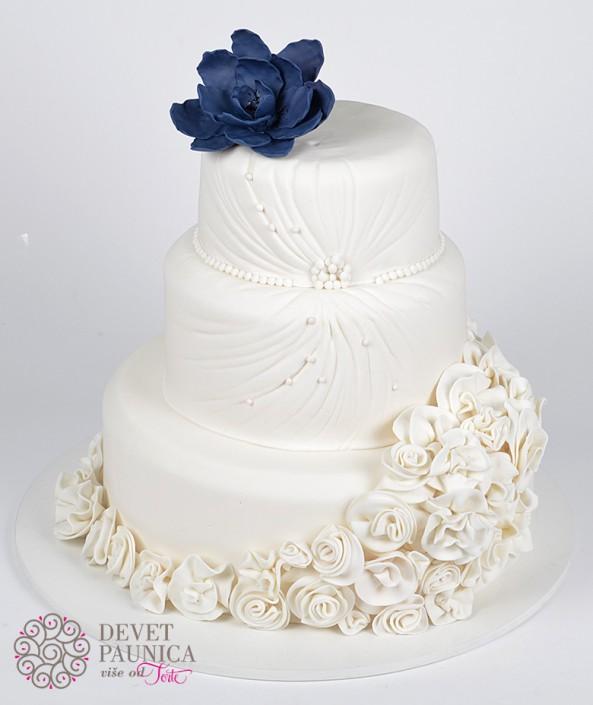 raskosna svadbena torta sa ruzicama