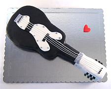 torta u obliku gitare crno bela