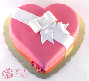 Roze torta srce sa mašnicom