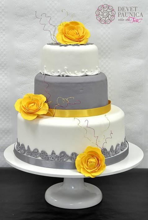svadbena torta sa zutim cvetovima