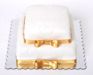 Svečana torta sa srcima i zlatnim trakama