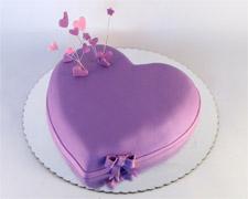 torta u obliku ljubicastog srca