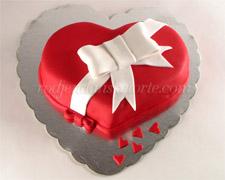 torta-u-obliku-srca-sa-belom-masnom