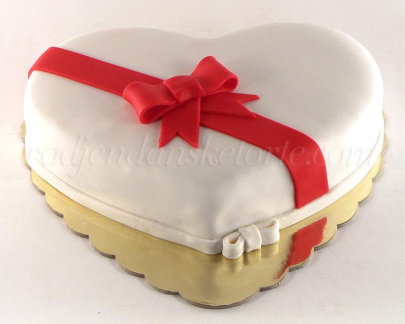 torta-belo-srce-sa-crvenom-masnom