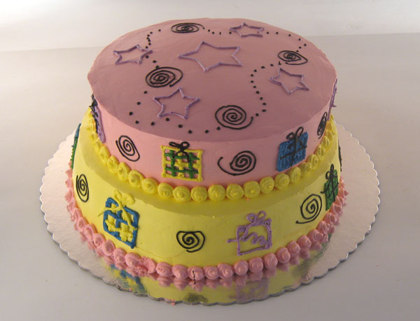 torta na sprat sa pokloncicima izbliza