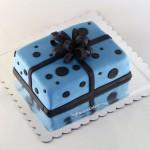 torta-poklon-plava-sa-crnim-tufnama