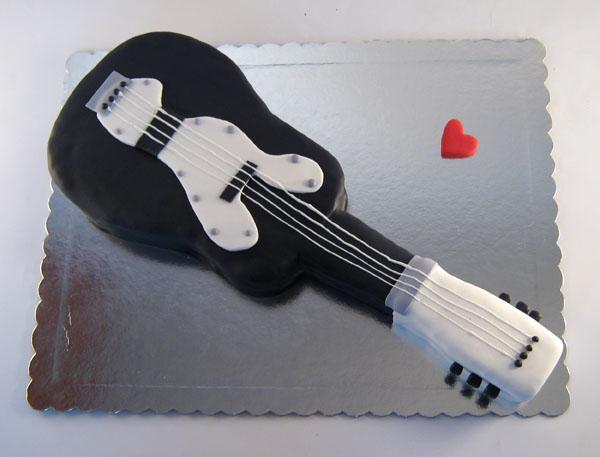 torta u obliku akusticne gitare