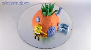 torta u obliku ananasa-kucice sa figuricom sundjer boba