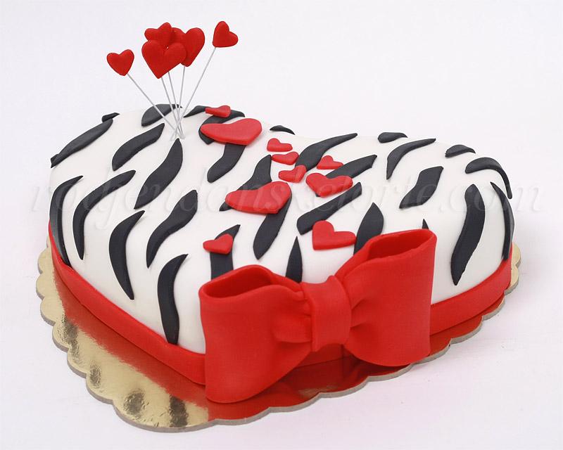 torta-u-obliku-srca-sa-crvenom-masnom