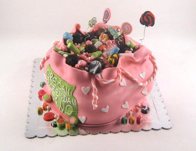 torta u obliku vrece pune slatkisa za janu