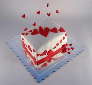 torta za baku sa srcima na zicama