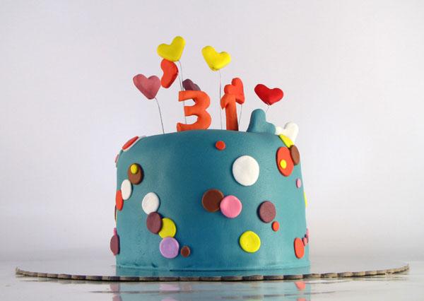 visoka svecana torta sa tufnicama i srcima